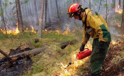 Los bomberos rusos intensifican la lucha contra el fuego en Siberia con la ayuda del Ejército