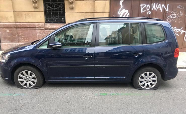 Pinchan las ruedas a varios vehículos esta madrugada en la calle San Antonio de Vitoria