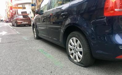Identifican a cinco jóvenes acusados de rajar las ruedas a 16 coches en San Antonio