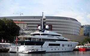 Cien millones flotando frente al museo