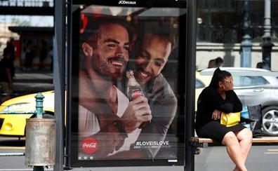 Polémica y llamamientos al boicot en Hungría por una campaña de Coca Cola con parejas gais