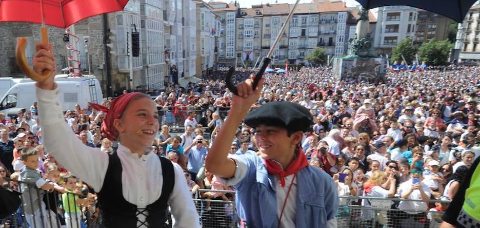 Edurne y Celedón txiki consolidan su fiesta en la plaza de la Virgen Blanca