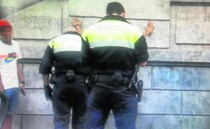 Los sospechosos de la violación amenazaron con navajas a un hostelero tras quedar libres
