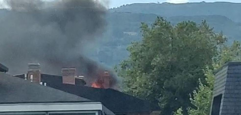 Desalojan un bloque de viviendas en Las Arenas por un incendio en el último piso