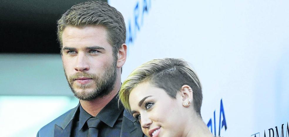 Miley Cyrus le saca la lengua al matrimonio