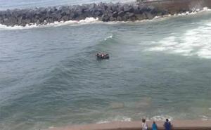 El mal rato de unos remeros en la desembocadura del Urumea en San Sebastián