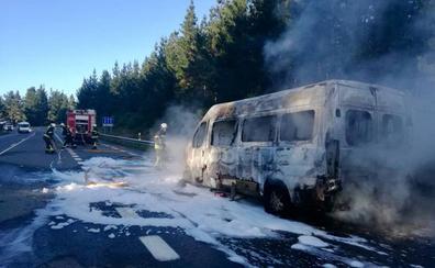 Los bomberos sofocan el incendio de un microbús en Amurrio