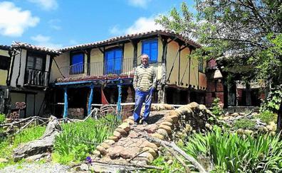 El hombre que ha construido con sus propias manos una aldea medieval en Burgos