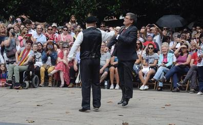 Aburto baila el aurresku de honor a la Amatxu en una romería abarrotada
