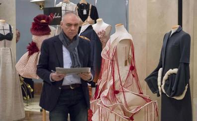 El maestro vizcaíno de la alta costura que diseña con técnicas de Dior y Chanel