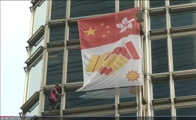 El 'Spiderman francés' escala un rascacielos en Hong Kong y despliega una bandera por la paz