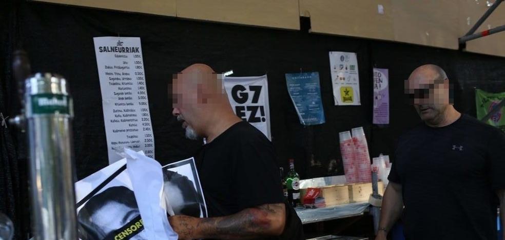 La Ertzaintza arranca las fotos de presos de ETA de una txosna de Bilbao