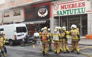 Un intoxicado tras incendiarse la cocina de una hamburguesería de Santutxu