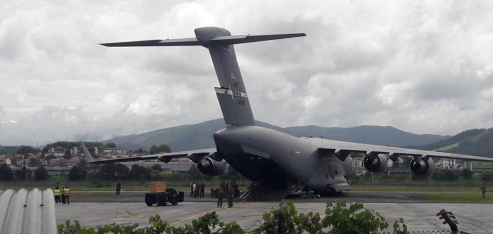Un avión del Ejército de Estados Unidos aterriza en Hondarribia por la cumbre del G-7