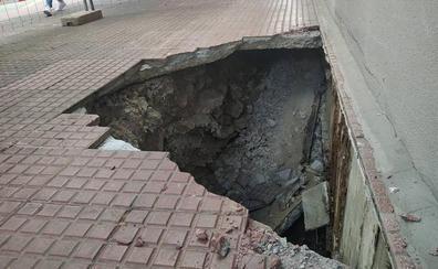 Se forma un socavón en una calle de Vitoria tras pasar una barredora
