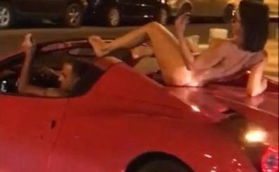 Circula por Ibiza con una mujer desnuda sobre el techo de su Ferrari