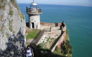 El fenómeno de los 'saltadores' amenaza con cerrar el Faro del Caballo en Santoña