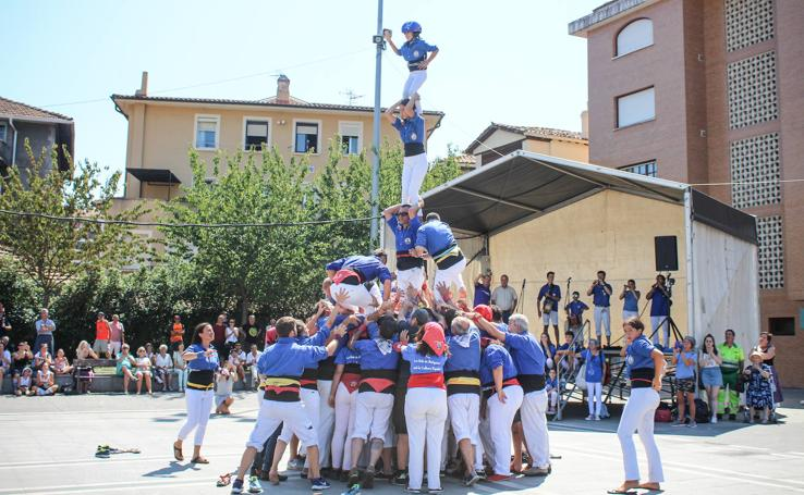 Castellers y encierros en el 'Día de las morcillas' en las fiestas de Llodio