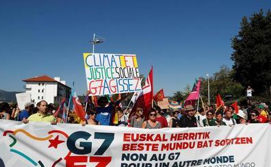 Miles de personas se manifiestan en la muga como «alternativa» a la cumbre de Biarritz