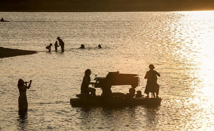 'El piano del lago' flota en Landa