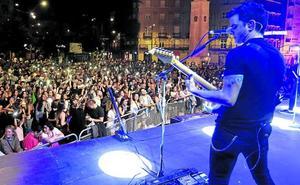 Un rock and roll en la plaza del pueblo