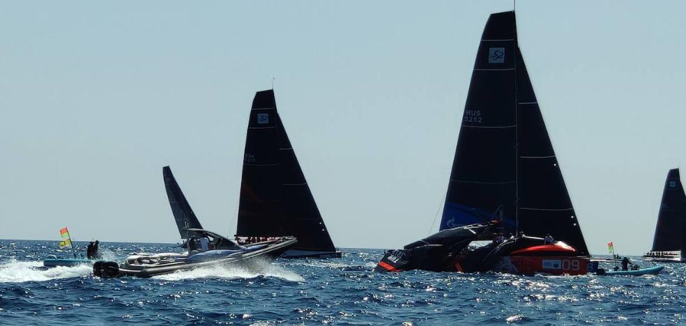 Un barco rompe el mástil en la primera regata del Mundial de la F1 del mar