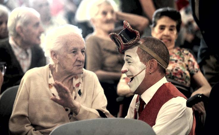 El circo italiano llena de magia y alegría la Casa de la Misericordia