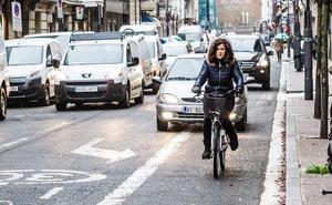 Reclaman más seguridad para las bicis en los cruces del centro de Vitoria
