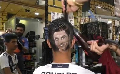 Un peluquero iraquí triunfa haciendo retratos de futbolistas
