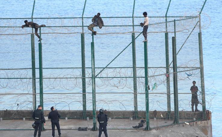 153 subsaharianos entran en Ceuta tras saltar su doble valla