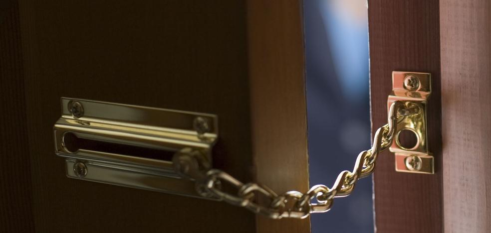 Una alerta en su móvil permite a una mujer ver cómo dos chicas roban en su casa de Amézola