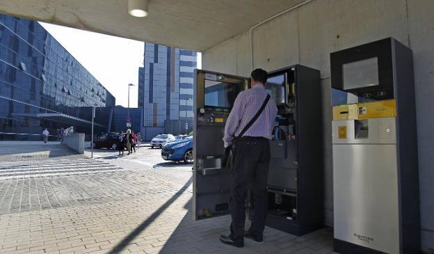 Cobran 142 euros a un hombre que aparcó su coche cuatro horas en el hospital de Oviedo