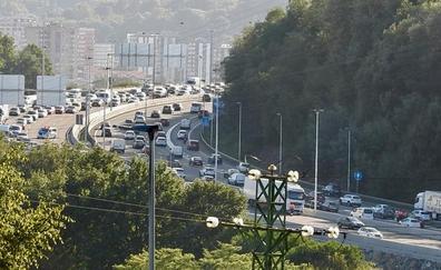 Un herido en el puente de Rontegi tras chocar un coche y un camión en sentido Getxo
