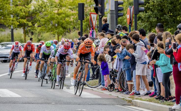 La Vuelta hace disfrutar a los aficionados a su paso por Álava