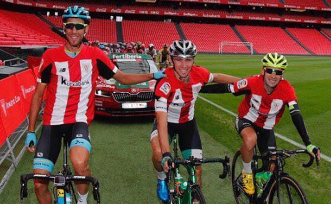 Los ciclistas vizcaínos salen con la camiseta del Athletic