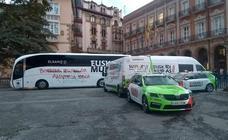 Pintadas radicales en los vehículos de dos equipos de la Vuelta que hoy parte de San Mamés