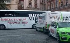 Aparecen con pintadas radicales los vehículos de dos equipos de la Vuelta