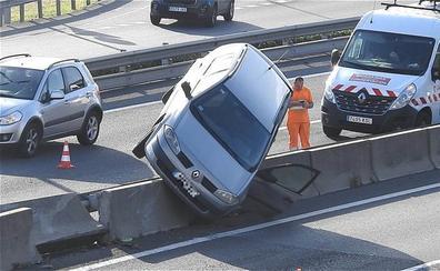 Se empotra contra la mediana tras chocar lateralmente con un camión en La Avanzada