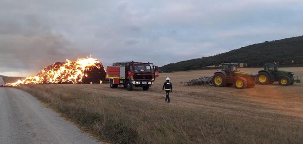 Un incendio destruye los fardos de paja acumulados en una finca de Antezana