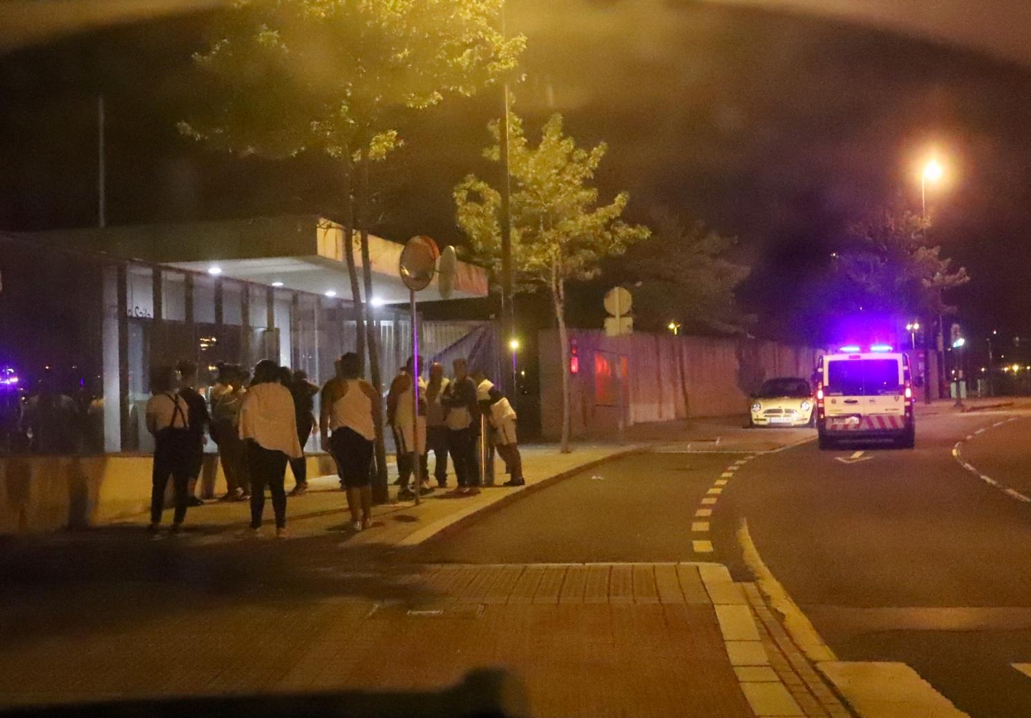 Las imágenes de la multitudinaria pelea de San Francisco que dejó tres detenidos y dos ertzainas y un policía municipal heridos
