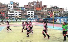 El Athletic fomenta la igualdad a través del deporte en un barrio marginal de Perú
