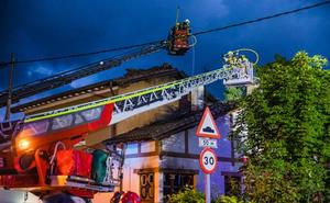 Las llamas destruyen un caserío en el centro de Murguía