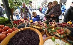 Los melocotones se pesan a 1,50 euros el kilo en la plaza de Gernika
