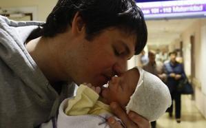 La baja de paternidad se equiparará a la de maternidad en Euskadi a partir de la segunda quincena de octubre
