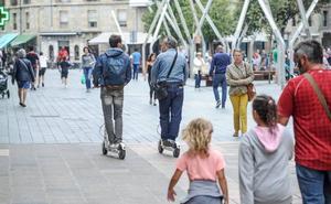 Vitoria regulará el uso de patinetes para sacarlos de las aceras