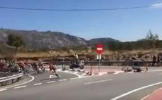 Brutal accidente en La Vuelta contra una señal de tráfico