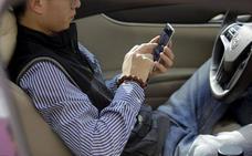 Controles policiales en Bilbao para vigilar las distracciones al volante como el uso del móvil