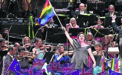 Defensa de la diversidad sexual en plena canción patriótica inglesa