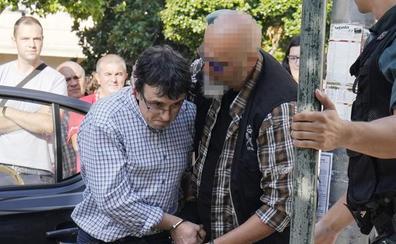 Gritos de «asesino» e insultos para el autor del triple crimen de Pontevedra a su llegada al juzgado