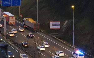 La A-8 sufre retenciones kilométricas durante dos horas al perder un camión la carga en Rontegi